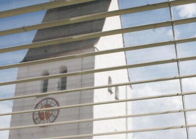 Blick aus dem Fenster auf die alte Kirche